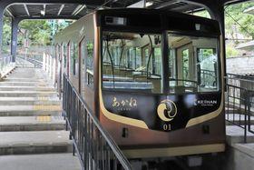 報道陣に公開された京阪電気鉄道男山ケーブルの車両「あかね」=17日午前、京都府八幡市