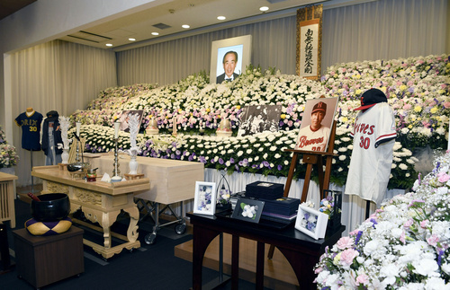 上田利治氏のユニホームなどが飾られた祭壇=7月5日、横浜市青葉区