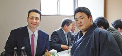 鳴戸部屋に入門した深沢成矢さん(右)。左は鳴戸親方=津幡町上矢田で