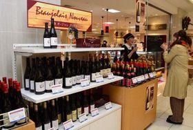 解禁されたボージョレ・ヌーボーが並ぶ天満屋岡山店の特設コーナー