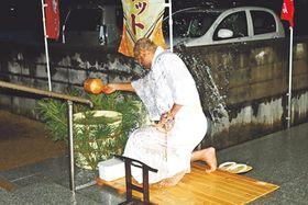 水をかぶる志村住職