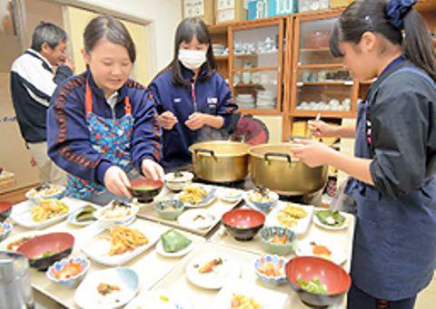 定食を準備する隠岐島前高校の生徒