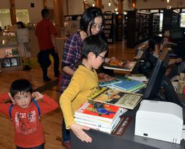 子どもからお年寄りまで住民が集い、憩いの場になっている陸前高田市立図書館