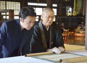 西教寺で明智光秀直筆と伝わる書状を見学する俳優の長谷川博己さん(左)=20日午後、大津市