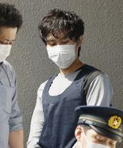 送検のため茨城県警境署を出る岡庭由征容疑者=9日午前8時52分