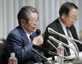 記者会見する暴力問題再発防止検討委員会の但木敬一委員長(左)ら=19日午後、東京都内