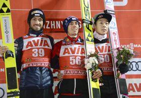 W杯ジャンプ男子個人第4戦で3位の小林陵侑(右)。中央は優勝したシュテファン・クラフト=ニジニタギル(共同)