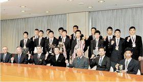 村井知事(前列中央)へ優勝報告に訪れた選手ら