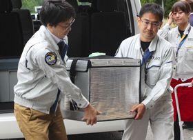 JAXA筑波宇宙センターに運び込まれる、国際宇宙ステーションから地球に帰還した実験試料=13日午前、茨城県つくば市