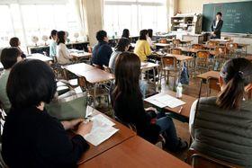 荒尾市の小学校で開かれた学級懇談会。担任の先生が学級の経営方針など説明した後、PTAの委員決めが行われた