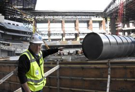 来年3月に開場予定の新球場グローブライフ・フィールドで、本塁の位置を指し示す米大リーグ、レンジャーズのヒル上級副社長=20日、アーリントン(共同)