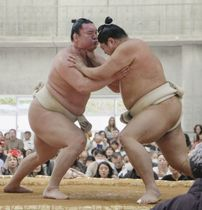 冬巡業で稽古する白鵬(左)。右は阿炎=沖縄県うるま市