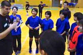 中学生に試合に臨む心得を説くセルビア女子代表のスタッフ(左)