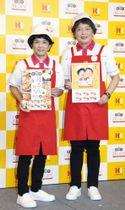 発表会に登場した中川家の剛(左)と礼二=東京都内