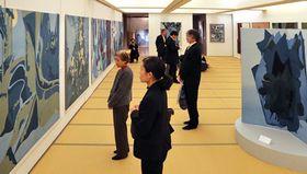 世界の風土や自然の形象を染め上げた作品が並ぶ会場(京都市中京区室町通錦小路上ル、染・清流館)