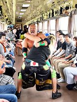フラワー長井線の車内で繰り広げられた迫力満点のプロレス