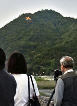 山頂付近に「大」の形に並んだ電球がともされた高松山=26日午後、広島市安佐北区