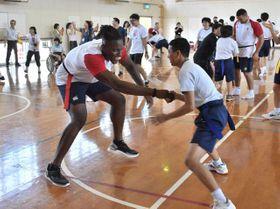 代表選手と腰に付けたタグを奪い合い、交流したみやざき中央支援学校の生徒ら