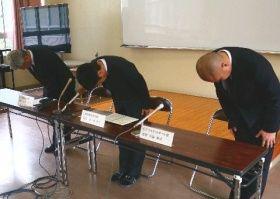 謝罪する延岡学園高の(左から)佐藤則夫校長、佐々木博之教頭、男子バスケットボール部の川添裕司監督=18日午前、宮崎県延岡市の同校