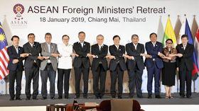 ASEAN外相会議が開幕し、記念写真に納まる参加各国の外相ら=18日、タイ・チェンマイ(共同)