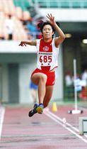 女子三段跳び決勝優勝した浜松市立の中津川亜月選手=エコパスタジアムで