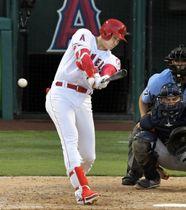 アストロズ戦の9回、右翼線に二塁打を放つエンゼルス・大谷=アナハイム(共同)