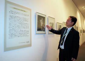 故ジョー・オダネル氏から寄贈された写真について説明する大久保館長=長崎原爆資料館
