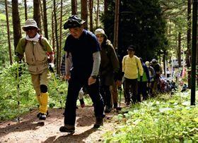 散策を楽しむ登山者=半田山