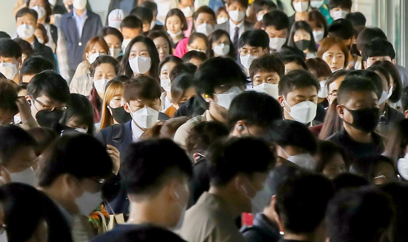 6日、マスクを着用した市民らで混雑するソウルの地下鉄駅(聯合=共同)