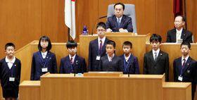 湯崎知事たちに県政の課題を質問する小中学生