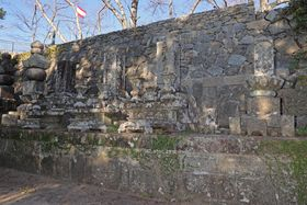 上野彦馬の墓碑(右から2基目)。左上の木々の間に坂本龍馬像と海援隊旗が見える=長崎市伊良林3丁目