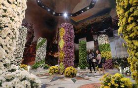 菊に彩られたタワーが並ぶ「マムの塔」=ハウステンボス