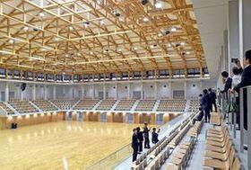 総合スポーツゾーンの新武道館を見学する視察者たち=21日午後3時20分、西川田4丁目