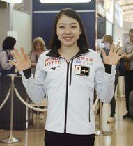 スケートカナダに向け出発する紀平梨花=17日、関西空港