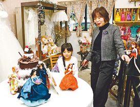 愛らしい人形が並ぶ店内