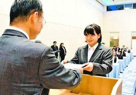 飯泉知事(左)から認定証を受け取る強化指定選手=徳島市の徳島グランヴィリオホテル