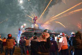 19日、台湾南部の台南市塩水で行われた「ロケット花火祭」(共同)