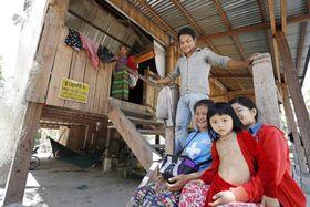 外国人観光客のホームステイを始めたタボー村の家族。子どもたちも「言葉はできなくても外国人と会えるのは楽しい」と話す=カンボジア北東部ラタナキリ州(撮影・大森裕太、共同)