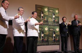 開発に協力した日本料理アカデミーのメンバーと「玉兔」を発表した西脇知事(右から2人目)=京都市東山区・フォーシーズンズホテル京都