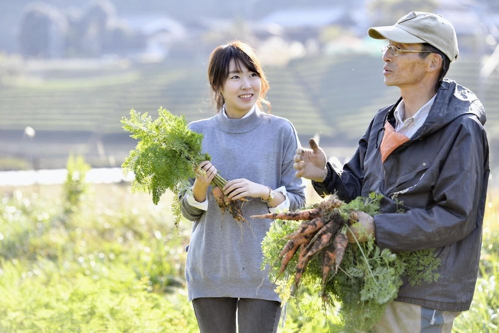 野菜づくりについて山本嘉紀(右)と話をする武村幸奈。「自然がいっぱいのここに来るとほっとします」=滋賀県甲賀市(撮影・泊宗之)