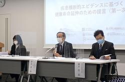 提言を発表する国立がん研究センターの津金昌一郎・社会と健康研究センター長(中央)ら=2021年2月、東京都中央区
