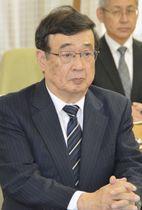 北海道の鈴木直道知事らと面談する日本原子力研究開発機構の児玉敏雄理事長=6日午前、北海道庁