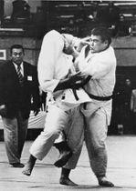 1977年の全日本学生選手権で山下泰裕さんを破った吉岡剛さん(右)