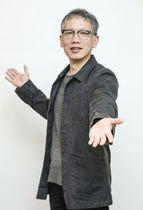 映画「ダンスウィズミー」にちなみ、踊るようなポーズをとる矢口史靖監督=東京都内
