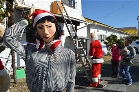 趣向を凝らして作ったブルゾンちえみさんとサンタクロースの人形=御前崎市佐倉