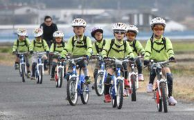 市内14キロのコースでサイクリングを楽しむ園児ら