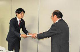 要望書を手渡す宮野社長(左)