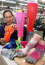 スポーツ愛好者を対象にした「ハニカムソックス」。特殊な編み方で機能性を向上させた=加古川市志方町上冨木
