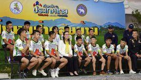 洞窟から救出後、初めて記者会見する、サッカーチームの少年ら。前列左端はコーチ=18日、タイ・チェンライ(共同)