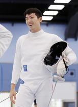 公開練習で笑顔を見せる男子エペの見延和靖=東京都北区の味の素ナショナルトレーニングセンター